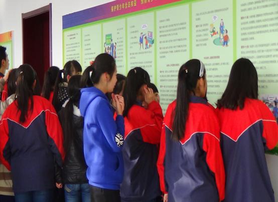 同学们正在教育基地参观走廊展板